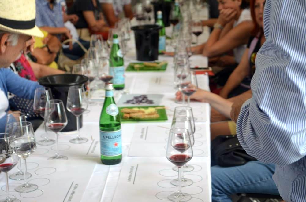 Δοκιμάζοντας το κρασί της οικογένειας Αρβανιτίδη